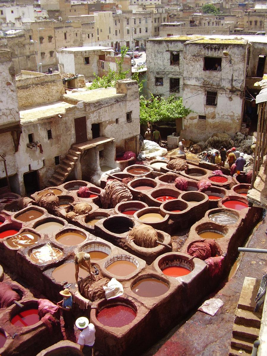 Färbung von Wolle im Hinterhof in Marokko